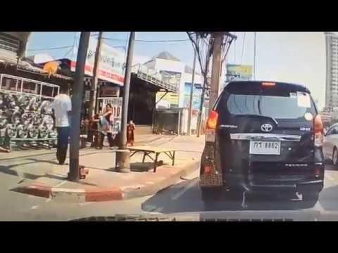 Un hombre patea brutalmente a un niño en la cabeza sin razón alguna en plena calle