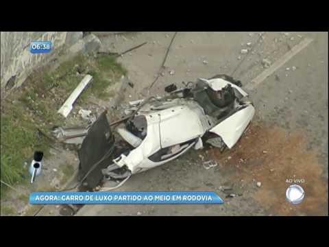Motorista perde o controle, bate em poste e carro de luxo parte ao meio