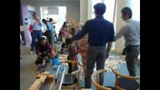 秋田県立大学 秋田校舎文化祭 積み木タワー 最初は先生が1人で積んでい...