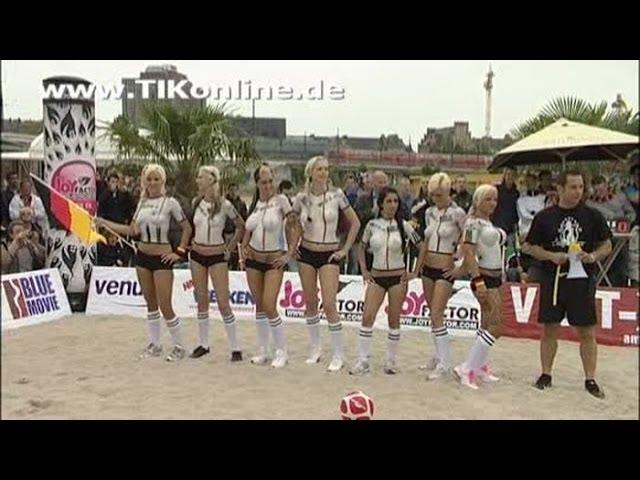 Einlauf der Mannschaften beim Nackt-Fußball in Berlin