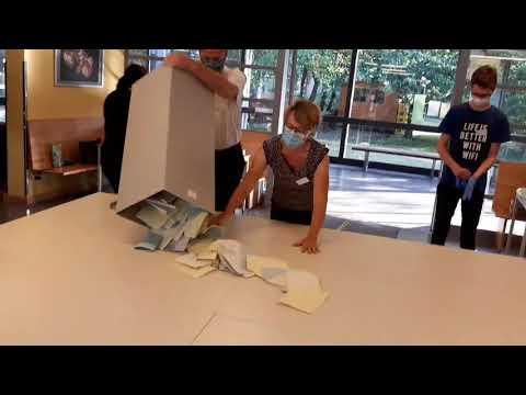 Kommunalwahl 2020: Leerung der Urnen im Wahlbezirk 021/1