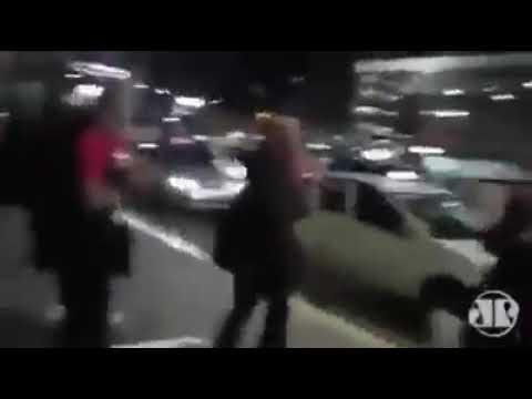 Sérgio Moro é cercado em aeroporto e recebe manifestações de apoio
