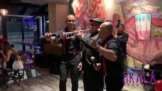 """Ricardo Stevan cantando en el show """"Tropicalisimo"""" de Skala Orquesta"""