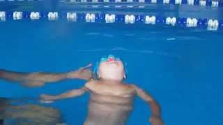плавает ребёнок  1,5 года