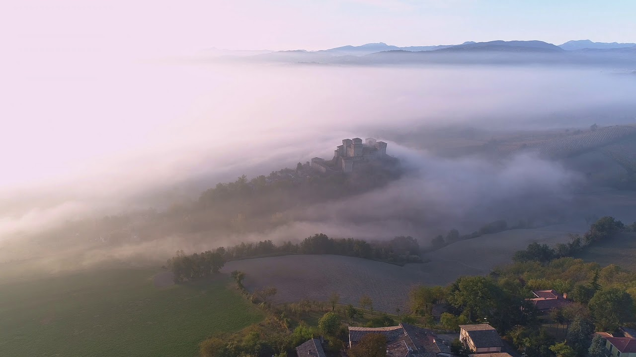 "Download ""Sopraggiunge l'autunno a Torrechiara""    drone 4k aerial"