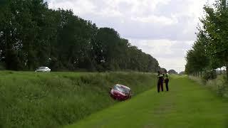 Auto belandt op de kop in de sloot in Biddinghuizen