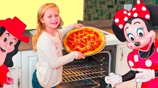 - ASSISTANT Pizza Contest with Mickey Mouse and Minnie Mouse