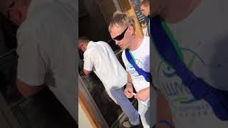Племянник губернатора в очереди за шаурмой в Сочи