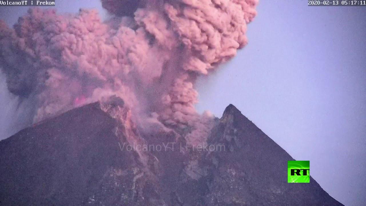 لحظة ثوران بركان جبل ميرابي في إندونيسيا