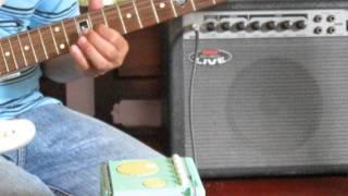 chơi guitar điện cực vỡ.