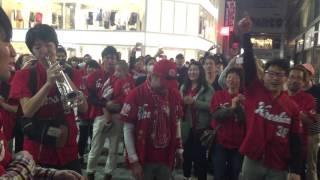 突然トランペット吹く人が現れて、一層盛り上がった広島市内。