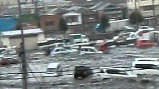 大地震!塩釜マリンゲート3階より、車が流されてる・・ thumbnail