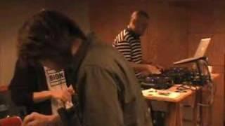 クレハーカップのリハーサル終了後、音を楽しむ熊井吾郎とDJ SHUHO。
