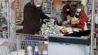 Обеспокоенные итальянцы осаждают супермаркеты