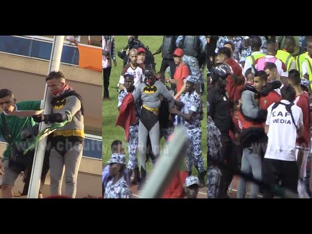 لقطة اليوم من مباراة المغرب و الكوت ديفوار..باطمان شدوه البوليس و اللعابة ديال رجاء عتقوه