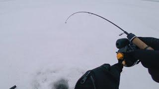 Лёд трещит под ногами Куда бежать Ловля окуня на балансир Рыбалка 2021 Практик 6 plus