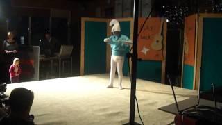 De smurf heeft een kleine fan. Playbackshow vv Tricht (21-1-2012)