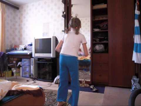 2011 08 16 девочка 9 лет классно танцует и прыгает перед зеркалом