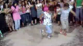 12 yaslarinda 2 kiz super cepki halay kurdish break dance !