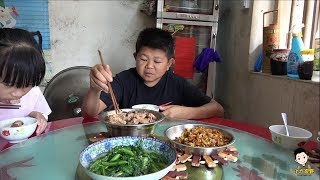 小六做芒果豆豉蒸排骨,女兒嘗後表示味道好新奇,兒子也很喜歡吃Xiaoliu makes food for his family