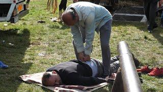 Kiropraktičar ordinira na stočnom sajmu