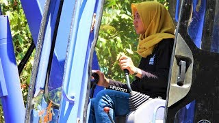 Gambar cover Devita Mini Excavator Girl Operator Loading Sand Into Trucks Komatsu PC75UU