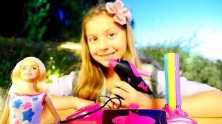 Кукла БАРБИ! Поля- делает дизайн одежды для Барби! Видео для девочек!(А вот и Поля! Она живет в Турции, но у нее есть друзья по всему миру и сегодня ей прислали в подарок куклу..., 2015-11-18T05:54:54.000Z)