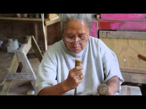 Iles Cook Rarotonga Femme Menuisier traditionnel / Cook islands Rarotonga Traditional woman worker