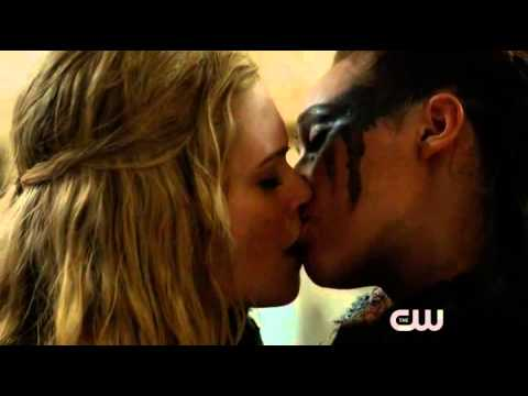 the 100 lexa and clarke kiss scene 2x14 youtube. Black Bedroom Furniture Sets. Home Design Ideas