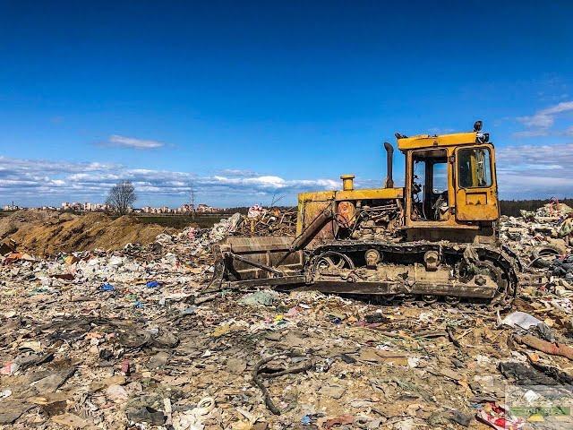 Незаконная промышленная свалка мусора в километре от Петергофа