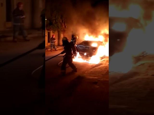 Incendio intencional de auto Barrio Parque