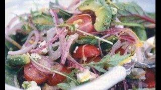 Салат с авокадо, красным луком и фетой