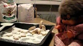 Backe Kuchen von Oma Monchichi ( Grandma Monchhichi  sings a song about baking) Vanille Kipferl Lied