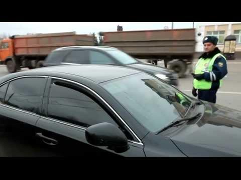 водитель блатного лексуса снимает тонировку