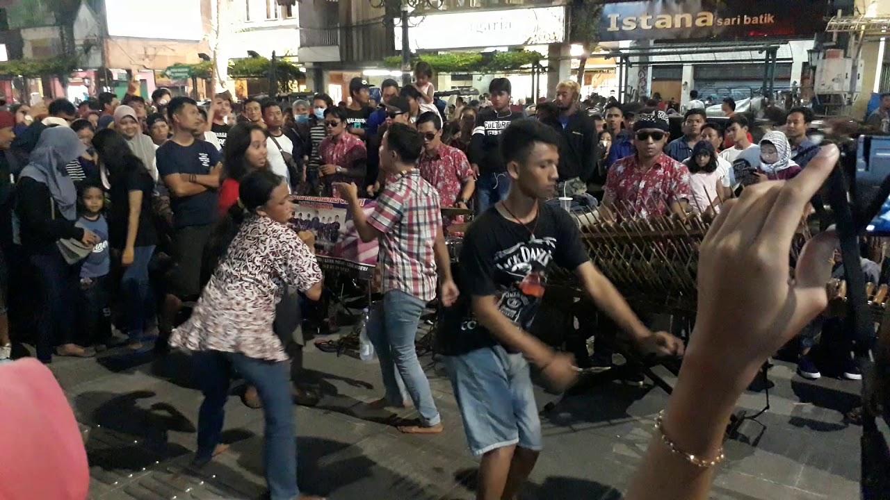 Hasil gambar untuk angklung malioboro Yogyakarta