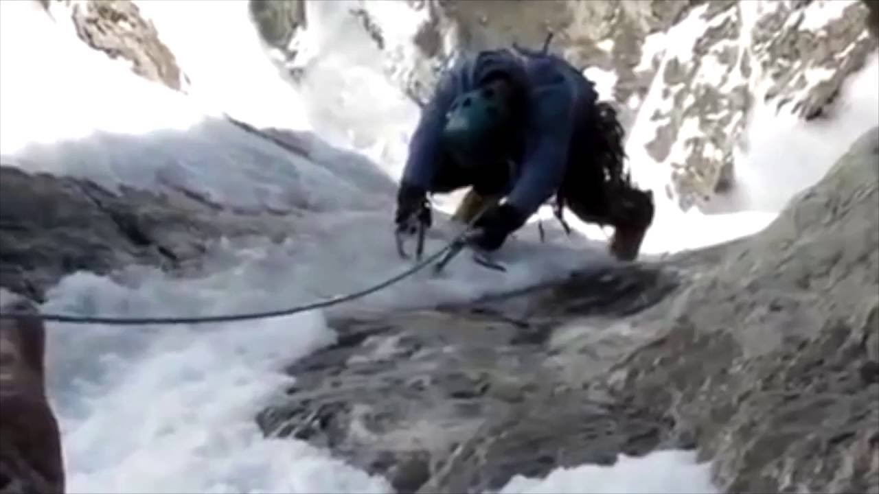 衝撃映像】登山家が氷山を滑落し...