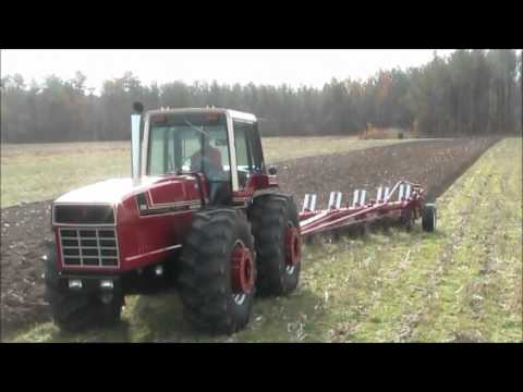 International Harvester 3588 2+2 Plowing