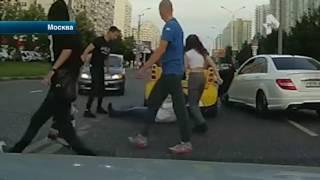 В Москве очевидцы сняли кадры кулачного боя водителей, которые не поделили дорогу