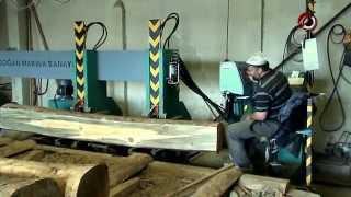 Как пилят лес-кругляк в Турции? Вертикальная ленточная пилорама DOGAN MAKINA SANAYI с авто-кареткой(Рапиловка кругляка в Турции имеет свои правила и несколько отличается от того, ка это делают в других стран..., 2014-08-24T15:34:52.000Z)