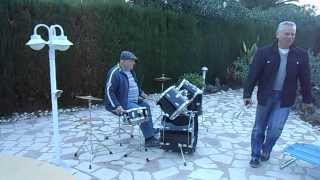 Федя играет на барабанах