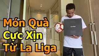 Đỗ Kim Phúc mở hộp quà được La Liga tặng để sang xem Messi , Ramos và các siêu sao bóng đá tại Spain