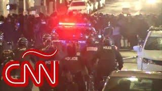 Policía atropella la cabeza de un manifestante con su bicicleta