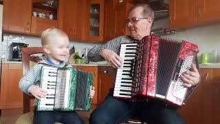 2,5 letni przyszły mały akordeonista i Dziadek