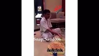 جالس يقنع خويه القصيمي انه يأكل معصوب😂😂لايفوووتكم هههههههههههههههههه