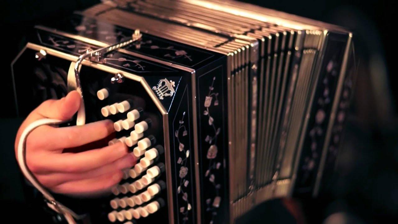 Argentínában és Uruguayban népszerű, a hagyományos tangózenekar fontos hangszere.