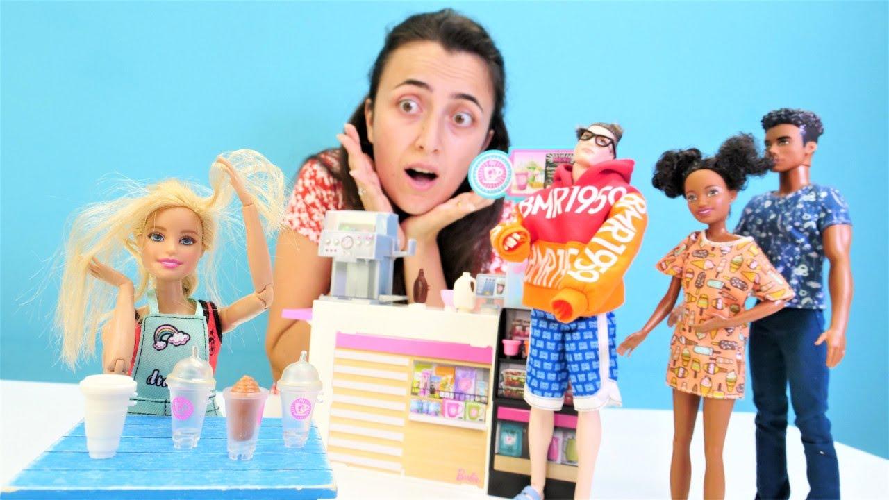 Barbie ailesi. Barbie ve Ken yerlerini değiştiriyor. Ken bebeklere bakarken Barbie çalışıyor