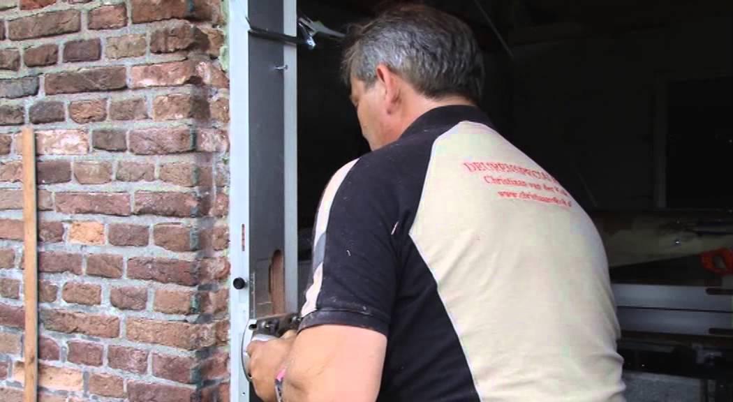 Buitendeur afhangen video mdf lakken hoogglans for Inmeetmal voor deuren