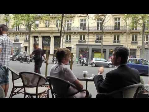 Paris: Stammgast Taube isst Torte im Kaffee am Boulevard Haussmann Pigeon eating pie