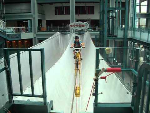 2012.08.22 安安在科教館騎空中腳踏車 - YouTube