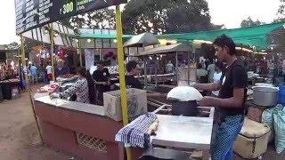 IHL247. Гоа. Еда, курица, лаваш, цены на торговлю на ночном субботнем рынке в Арпоре.